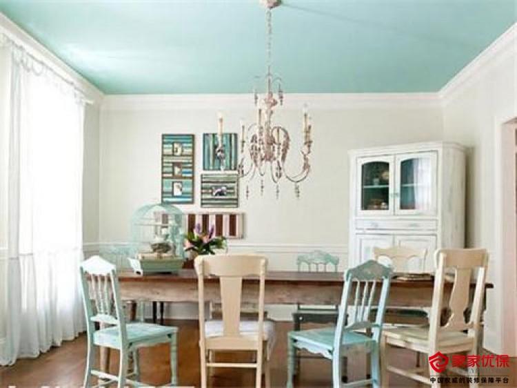 乳胶漆可以怎样配色呢? 一、乳胶漆配色-白底淡色 如果你不喜欢太多的白色,但是也不喜欢选择颜色太显眼,白色加上一些光线搭配是协调,白色和光线没有太多的限制,可以在很大的范围内搭配。如天花板和墙壁,以及相邻的两个墙面等,所有这些都可以更加简单和安全,但也能反映出光线和阴影水平变化的空间。  二、乳胶漆配色-同色过渡色 想要创造一种色彩感,但不要太沉闷单调,这一次我们只能用梯度或者是色彩的过